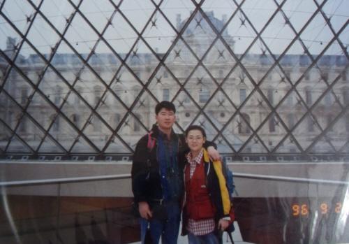 파리 루브르 박물관 앞에서