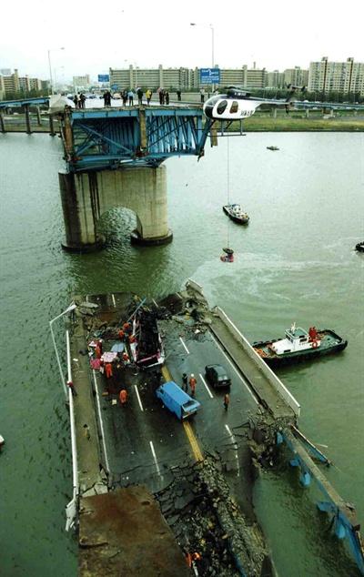 오는 21일로 성수대교 붕괴사고가 발생한지 20년이 된다. 성수대교 붕괴 사고는 1994년 10월 21일 오전 7시 40분께 교각 10번과 11번 사이 상판 48m 구간이 무너지면서 버스 등 6대 이상의 출근길 차량이 추락, 32명이 숨지고 17명이 다친 참사였다. 각종 선박과 중장비가 동원돼 구조작업이 진행되고 있다.