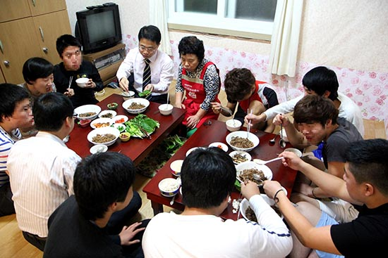 천종호 부산가정법원 부장판사(TV 앞 넥타이)가 지난 21일 부산라파청소년회센터를 방문해 보호소년들과 함께 저녁식사를 하고 있다.