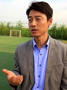 지난 9월, 보호선수를 돕기 위해 서울 강서구에 위치한 개화축구장을 찾은 송호창 새정치민주연합 의원.