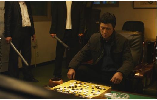 영화 <스톤> <스톤>의 마지막 장면, 한번 어긋난 바둑돌은 돌이키지 못한다. 자신이 큰 형님에게 그랬듯, 부하 조직원으로부터 배신을 당한다. 남해는 민수와의 바둑을 끝내지 못하고 죽음을 맞는다.