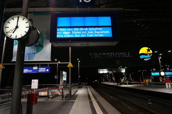 평소 사람들로 북적이는 시간임에도 독일철도기관사노조(GDL)의 운행중단으로 베를린 중앙역 선로가 텅텅 비어있다.