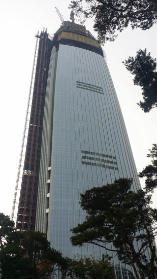 과잉소비사회의 오벨리스크 신축중인 높이 555m, 123층의 롯데월드타워