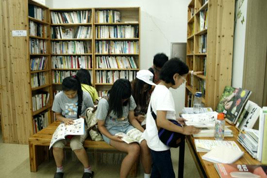 지난 여름, 풀무학교 공동설립자인 밝맑 이찬갑 선생을 기념해 만들어진 홍성 홍동 밝맑도서관을 새들마을학교 학생들이 방문했다.