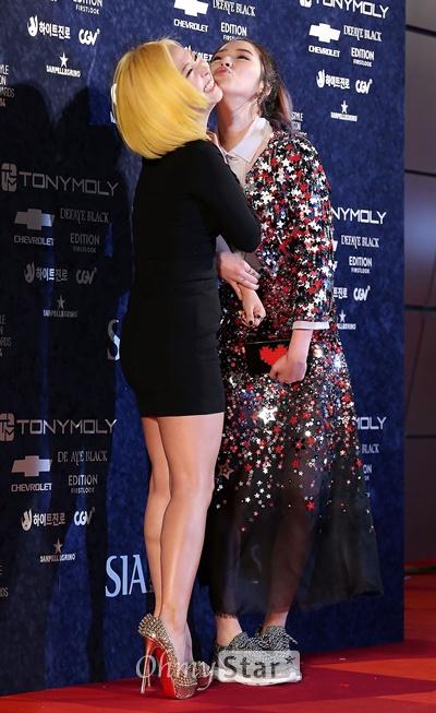 'SIA' 아이린의 키스도발!  28일 오후 서울 중구 동대문디자인플라자(DDP)에서 열린 '2014 스타일 아이콘 어워즈(SIA)'에서 모델 아이린(오른쪽)이 미쓰에이의 민에게 키스하는 포즈를 취하고 있다.