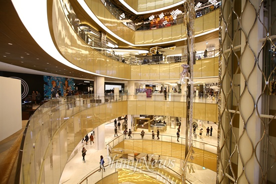최근 개장한 제2롯데월드 저층부 롯데월드몰 에비뉴엘.