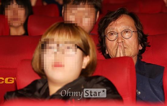 정지영 영화감독이 6일 오전 부산 해운대 우동 CGV센텀시티점에서 열린 초청작 <다이빙벨> 상영회 및 관객과의 대화를 지켜보고 있다.