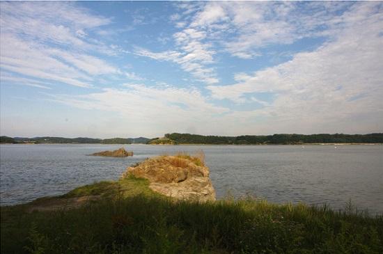 강화해협을 사이에 두고 김포와 강화가 나란히 있다.