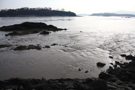 물이 빠져 암초들이 드러난 광성보 앞 바다