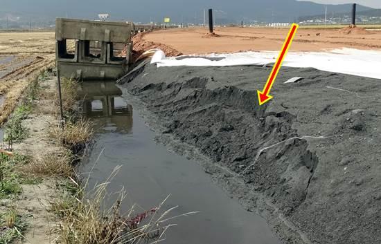 지난 주 서산 천수만 농경지에 도로를 건설하며 석탄재를 끝없이 깔아놓은 현장입니다. 주변 환경오염이 걱정됩니다.