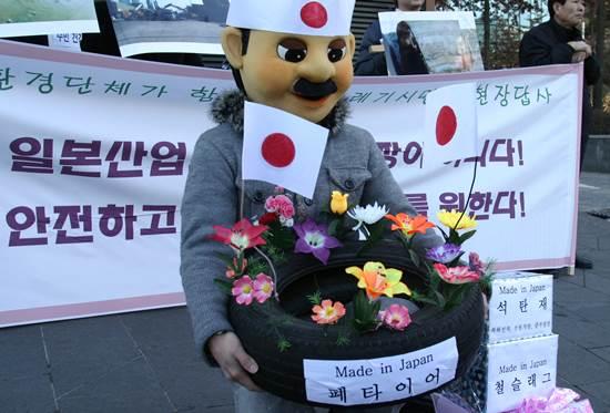 시멘트공장이 있는 영월,제천,단양 주민들과 함께 서울의 일본 대사관 앞에서 일본 쓰레기 수입을 금지하라는 시위를 했습니다. 이제 일본 쓰레기 식민지라는 부끄러운 역사는 여기서 멈춰야합니다.