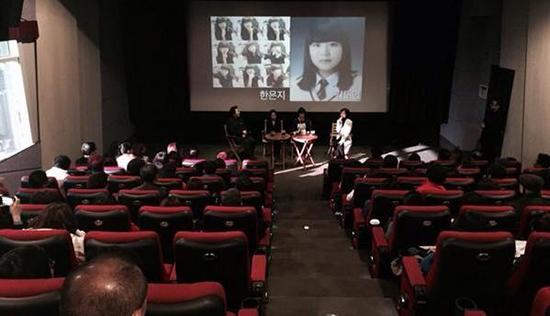 세월호 참사 다큐 <다이빙벨> 상영 후 관객과의 대화에 참여하고 있는 단원고 희생자 유가족들.