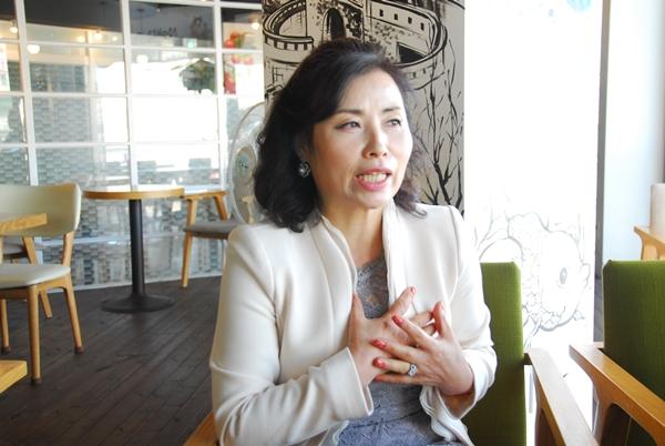 가수 허인순 35년만에 다시 돌아온 허인순을 3일 오후 수원 한 카페에서 만났다
