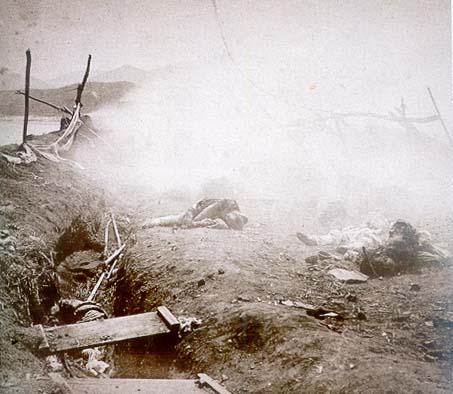 신미양요 때 미군의 포격으로 흙먼지와 포연이 자욱한 돈대와 전사한 조선군들.