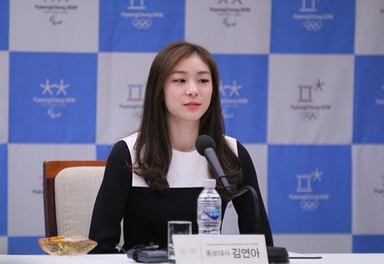 김연아가 평창동계올림픽 홍보대사 위촉식에 참석해 질의응답을 받고 있다.