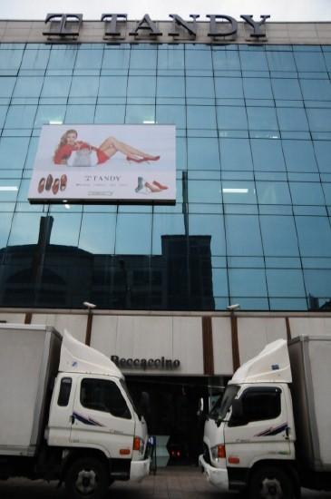 민주노총 서울본부 제화지부의 노동자들이 탠디본사 앞에서 기자회견을 열자 사측이 본사 앞을 탑차를 이용해서 막았다.