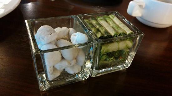 """초콜릿인 줄 알았는데 방콕의 숙소 1층 식당 테이블에 있던 장식. 하얀 조약돌 모양 초콜릿인 줄 알고 씹었는데 진짜 조약돌이었다. 같이 방콕에 온 언니가 다급히 말했다. """"은하씨, 이거 돌! 돌돌돌!"""""""