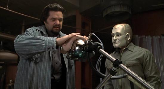 """영화 """"바이센테니얼 맨""""의 한 장면  앤드류 마틴의 얼굴이 될 반죽을 빚는 루퍼트 번즈"""