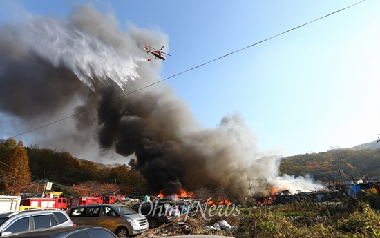 화재발생한 구룡마을 9일 오후 서울 강남구 구룡마을 7-B지역에서 화재가 발생해 소방관들이 화재를 진압하고 있다. 고물상에서 시작된 것으로 추정 된 화재는 주변 15개동으로 번지고 진압 되었다.