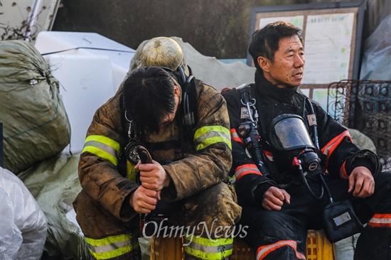 화재 진압에 지친 소방관들  9일 오후 서울 강남구 구룡마을 7-B지역에서 화재가 발생해 화재진압을 마친 소방관들이 힘들어 하고 있다.