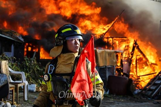 화마 앞 진압 나선 소방관 9일 오후 서울 강남구 구룡마을 7-B지역에서 화재가 발생해 주민들은 대피를 하고 소방관들이 화재 진압을 하고 있다