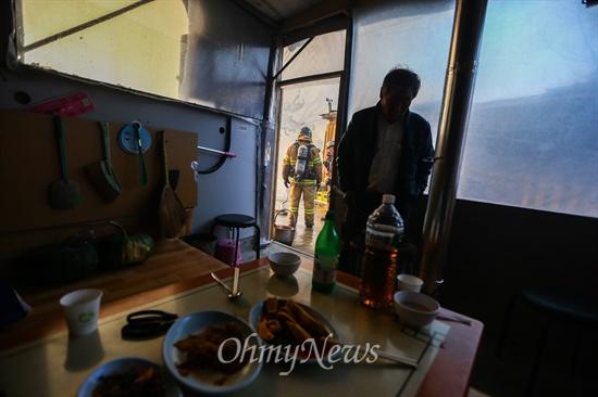 화재 발생에 술상도 그대로 두고 대피 9일 오후 서울 강남구 구룡마을 7-B지역에서 화재가 발생해 한 주민이 차려진 술상을 두고 대피했다.