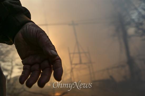 빈 손으로 나온 집, 화마에 휩싸여 전소 9일 오후 서울 강남구 구룡마을 7-B지역에서 화재가 발생해 한 주민이 빈 손으로 집을 나왔다.