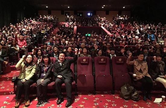 지역 상영관을 찾아 <다이빙벨>을 본 관객들과 대화를 나눈 이상호 감독과 단원고 희생자 유가족들이 영화의 계속적인 흥행을 기원하고 있다.