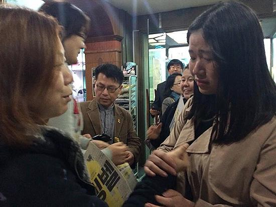 9일  광주의 <다이빙벨> 상영관을 찾은 고등학생이 상영 후 단원고 희생자 유가족을 만나 잊지 않겠다면서 위로의 인사를 건네고 있다.