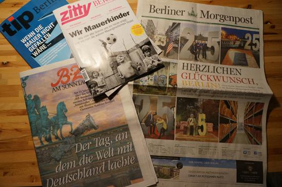 신문 판매원은 평소보다 신문들이 많이 팔렸다고 했다. 사진은 '베를린 장벽이 무너진 날'에 대한 특집 기사를 실은 독일 언론들의 모습.