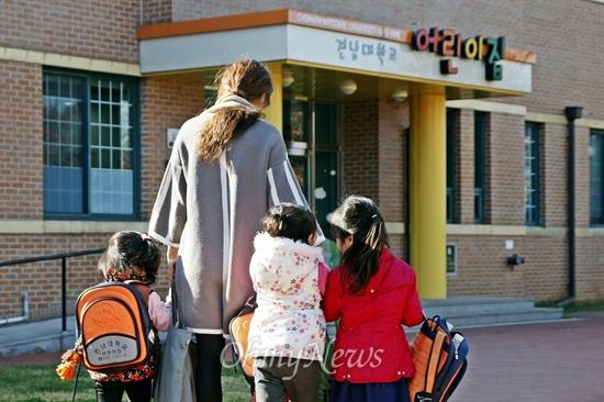 전남대가 학내 직장 보육시설인 어린이집의 증축을 계획하면서 공사기간 동안 어린이집 원아들이 사용할 대체공간을 마련하지 않아 문제가 되고 있다. 10일 오전, 한 학부모가 아이들의 손을 잡고 전남대 어린이집에 들어가고 있다.