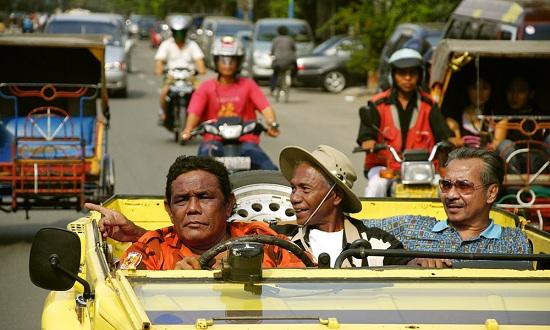 영화 <액트 오브 킬링>의 한 장면. 1965년 인도네시아 군부정권의 주도하에 벌어졌던 대학살의 주범 '안와르 콩고(사진 속 가운데)'는 오늘날 국민영웅으로 추앙받으며 살고있다.