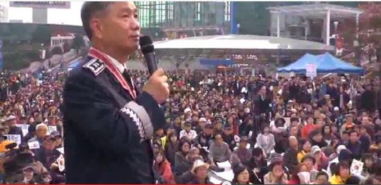 '땅굴안보국민연합' 대표 한성주씨가 8일 오후 '남침땅굴 위기 해소를 위한 구국기도집회'에서 청와대 인근에만 84개의 땅굴이 있다고 주장했다.