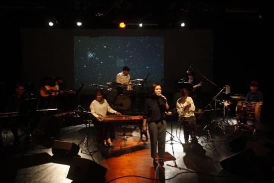 국악밴드 나ː릿의 공연 모습 대구 근대골목을 주제로 노래를 들려주고 있는 나ː릿 밴드단의 공연 모습