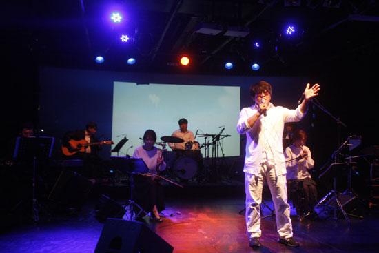 나ː릿과 함께 노래를 부르고 있는 김강수씨의 모습 나ː릿의 연주에 맞춰 봄의 염원을 부르고 있는 김강수씨.