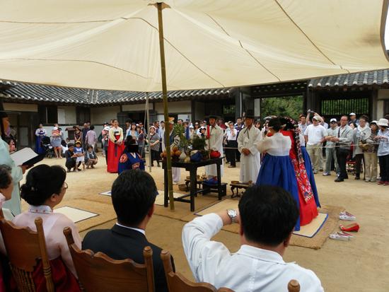 경기도 용인시 한국민속촌에서 실제로 거행된 전통 결혼식. 신랑의 얼굴을 가리기 위해 포토샵으로 얼굴을 지웠다.