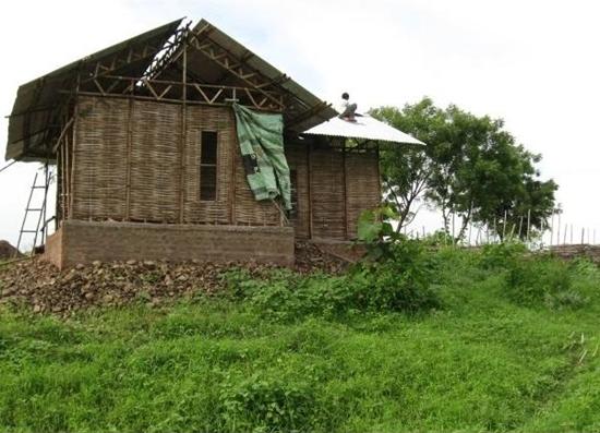 인도 나그푸르에 있는 대나무로 지은 주택. 인도 중부의 농촌 저소득 주민을 위한 집이다. 벽에 회반죽을 아직 칠하지 않은 모습이다.