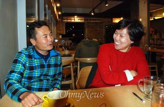 김종술 시민기자와 한준혜 집행위원장이 대화를 나누고 있다.