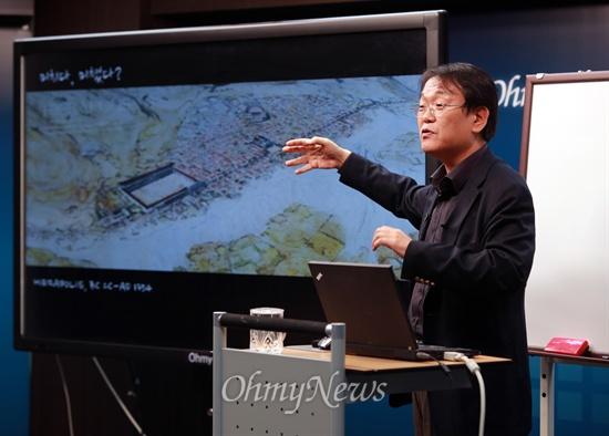 18일 오후 서울 상암동 <오마이뉴스> 대회의실에서 10만인클럽 특강 전우용 역사학자의 '우리가 겪은 광기의 시대'가 열리고 있다.