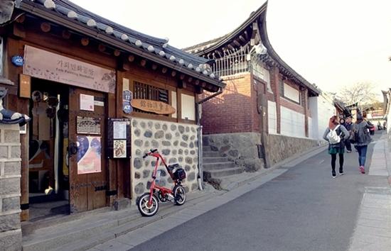 서울 종로구 북촌 한옥마을 언덕길에 있는 가회 민화 박물관은 아담한 한옥집이다.