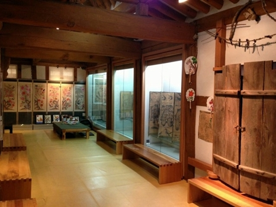 병풍 화조도, 동물그림, 부적 등 다양한 민화를 볼 수 있는 공방 겸 전시관.