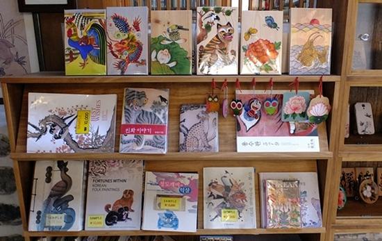 민화가 들어간 각종 판매용품, 책들도 읽어볼 만하다.