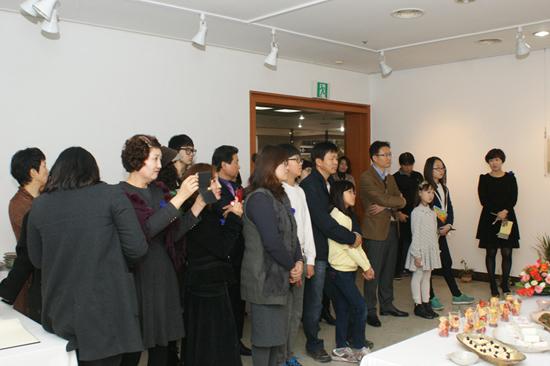 전시회 오픈을 축하하기 위해 참석한 사람들
