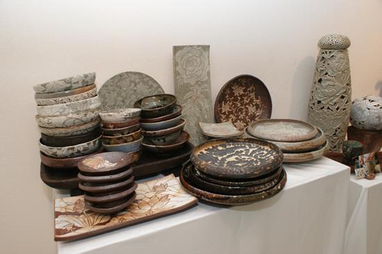 이번 전시에는 각종 그릇 등 생활용품을 비롯해 다양한 작품이 전시 되고 있다