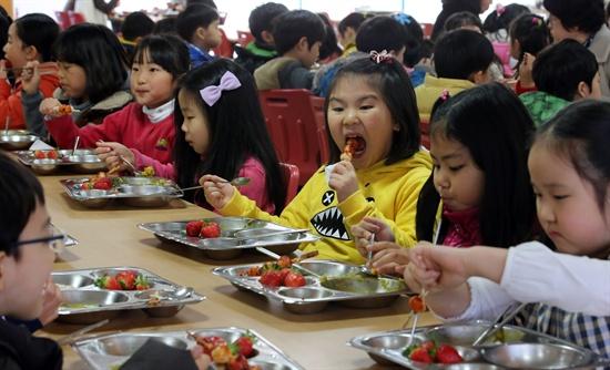 서울시교육청 학교급식 시연회 실시 서울시교육청 주최로 5일 오후 서울 동대문구 전농초등학교 식당에서 열린 학교 급식 시연회에서 학생들이 국가로부터 농산물우수관리제도(GAP) 인증을 받은 식재료로 만든 급식을 먹고 있다.  서울시교육청은 친환경 농산물 생산이 전체 경작지의 5-10% 정도 밖에 되지 않고 가격이 비싸 학교급식 식재료로 사용이 어려운 점을 감안해 GAP 농산물의 급식 재료 사용을 권장하고 있다.