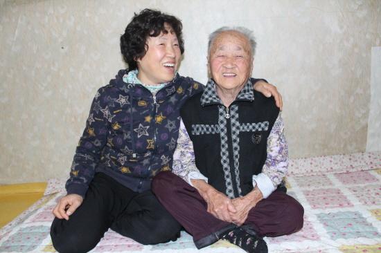 엄마와 딸 95세 엄마와 56세 딸이 엄마 방에서 한바탕 웃고 있다. 매일 같이 버스를 타고 엄가 있는 시골 집에 와서 아침을 챙기고 같이 먹으러 온다는 딸 한영숙씨. 오늘도 아침을 먹고 한자리에 앉아 있다.