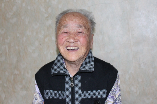 95세 할머니의 미소 할머니가 활짝 웃고 있다. 오래 간만에 손님이 오니 할머니가 즣으신 게다. 요즘도 농사를 손수 지으시고, 김장도 담그고, 마을도 돌아다니신다.