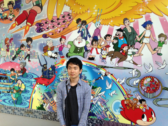 데츠카 오사무의 벽화 앞에서 데츠카 오사무는 세계평화와 인류발전을 꿈꾸는 작품을 많이 남겼다. 이예다씨가 데츠카 오사무에게서 영향을 받은건 우연이 아닐 것이다.