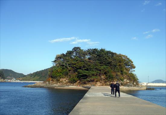 관포리에서. 섬 속에 또 작은 섬이 평화로이 누워 있었다.