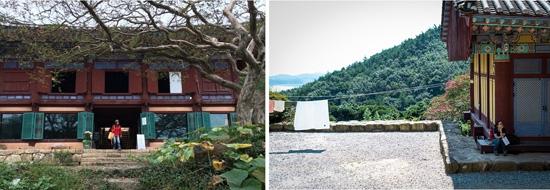 백련사 만경루 내 가을을 저당 잡은 동무(왼쪽)와 저당 잡힌 필자(오른쪽)